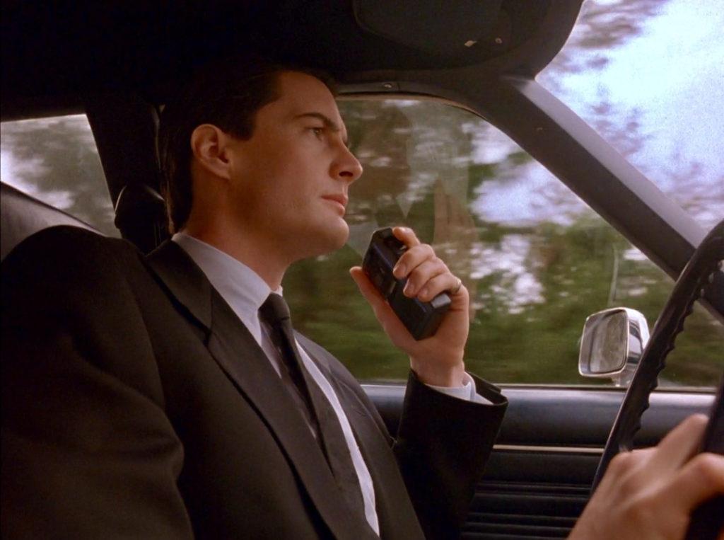 Агент Дейл Купер едет в незнакомый городок Твин Пикс и комментирует все происходящее с ним на диктофон